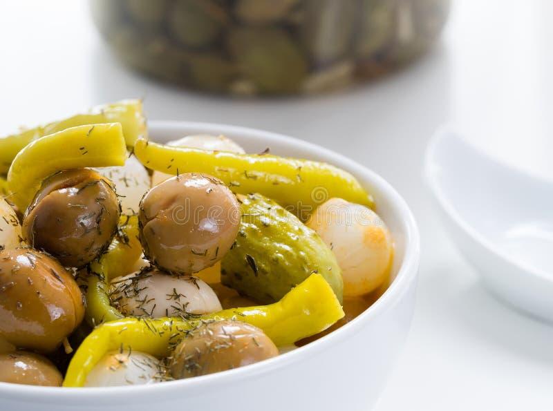 Oliv med lökar royaltyfri bild