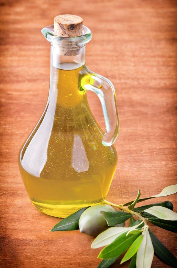Oliv och en buteljera av olivolja arkivbilder