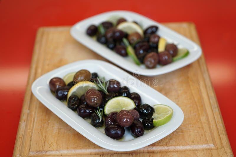 Oliv som tjänas som i autentisk grekisk stil royaltyfria foton
