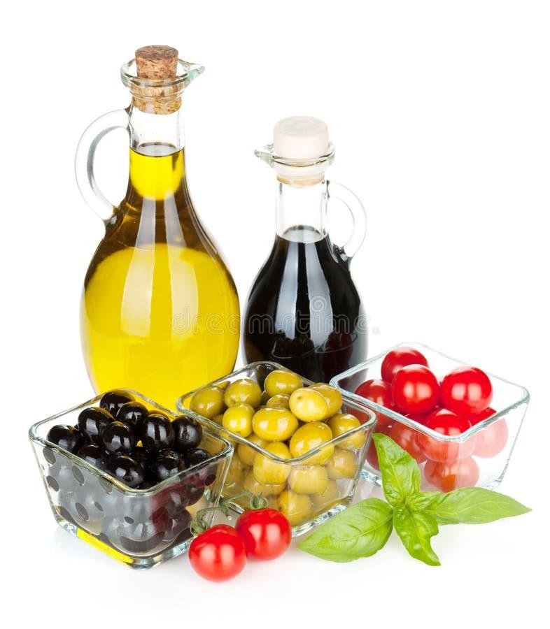 Oliv, tomater, örter och smaktillsatser royaltyfri foto