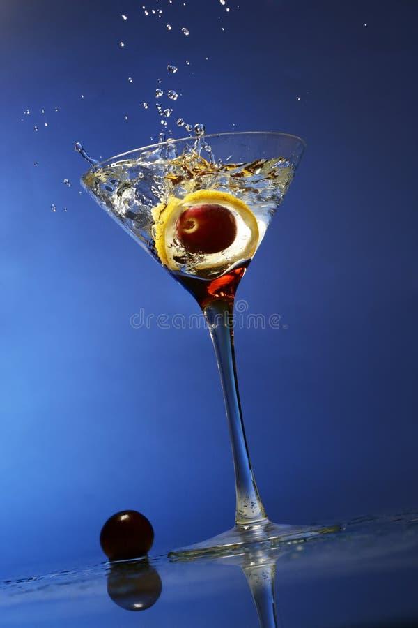 Olive éclaboussant dans une glace photographie stock libre de droits