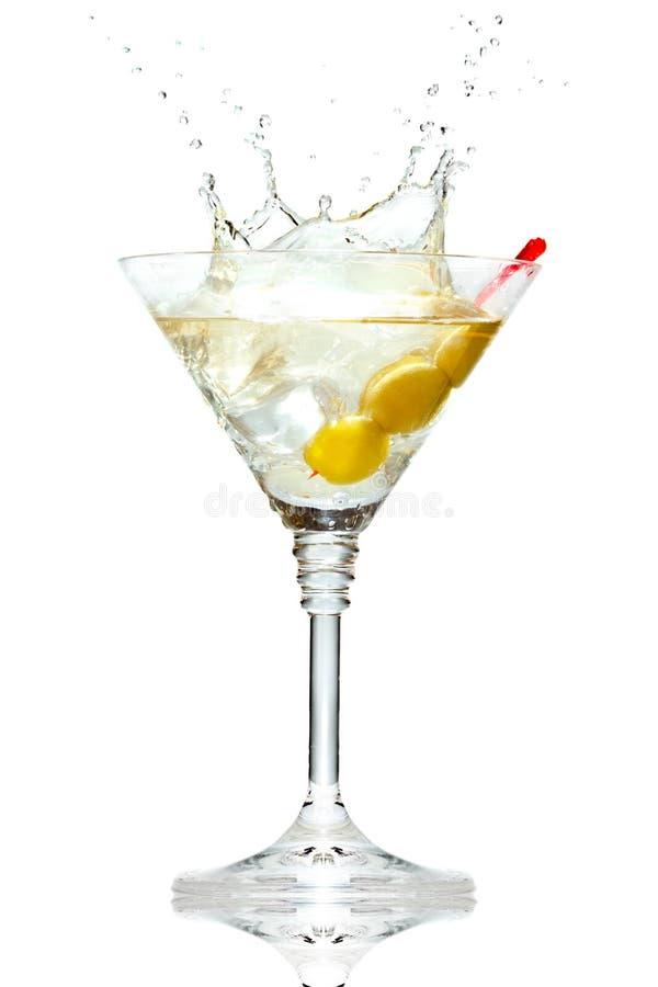 Olive éclaboussant sur la glace de martini sur le blanc photo libre de droits
