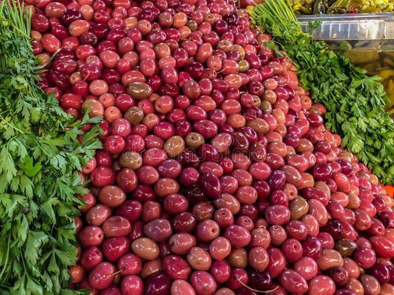 Olive da vendere ad un mercato del souk a Agadir, Marocco immagini stock libere da diritti