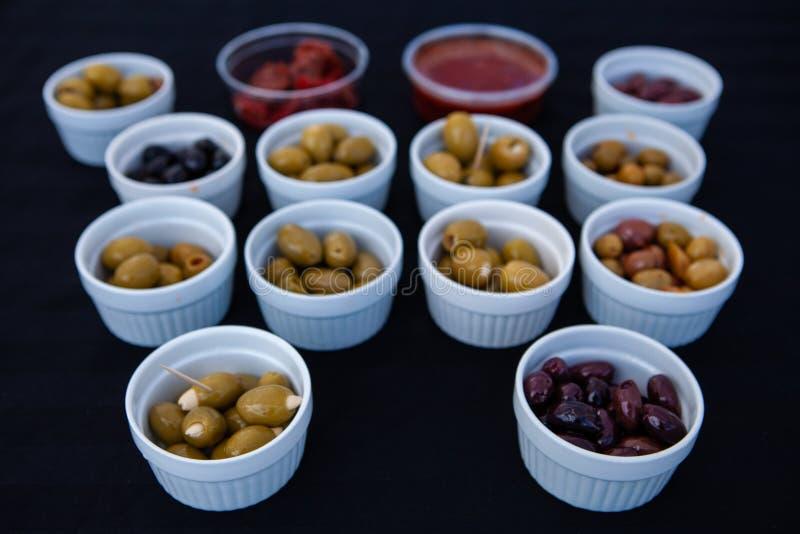 Olive da vendere al mercato degli agricoltori immagine stock