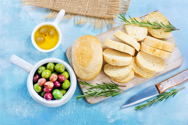 Olive e pane fotografia stock
