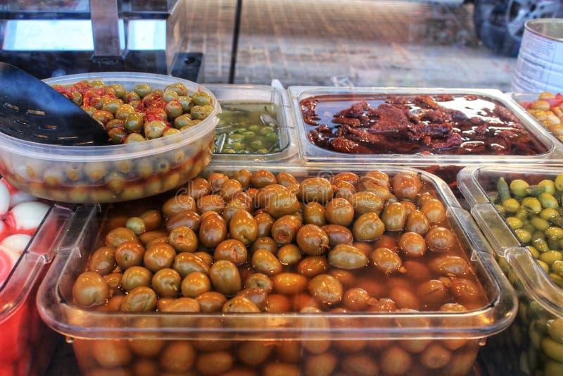 Olive e sottaceti ad una stalla del mercato fotografie stock