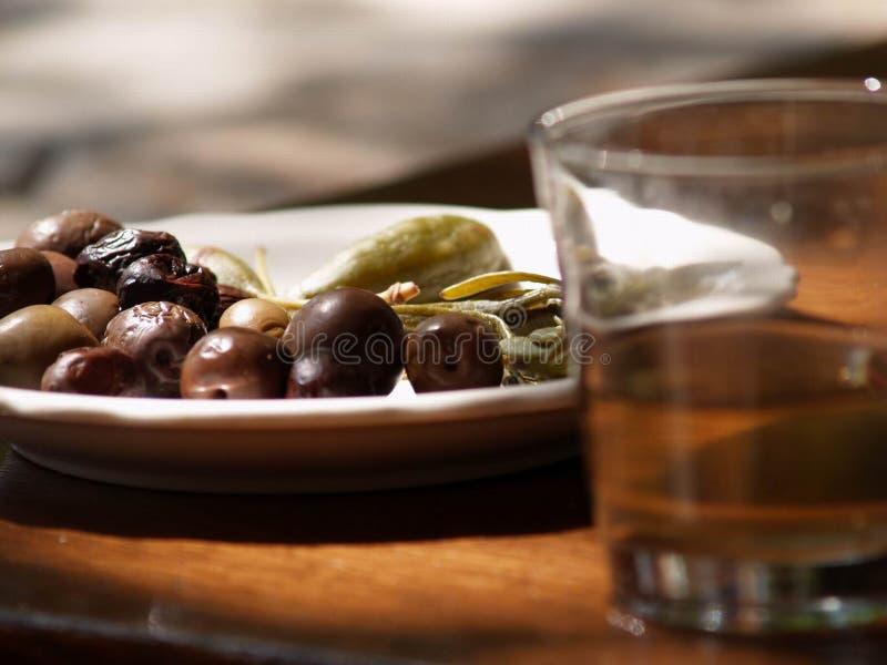Olive e vetro di vino immagini stock