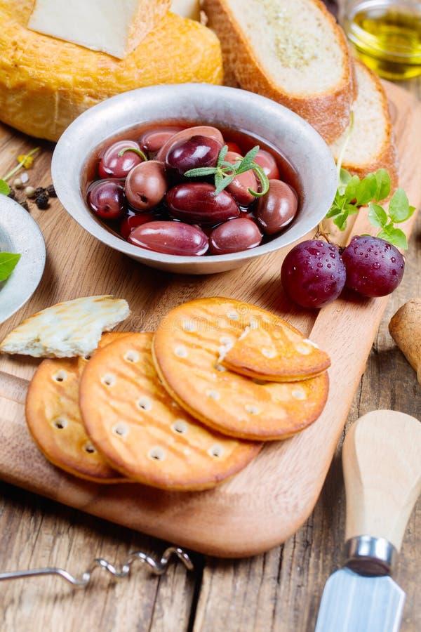 Olive greche, formaggio e olio d'oliva vergine extra immagini stock