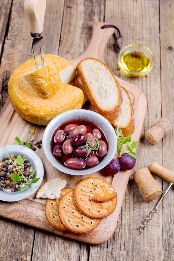 Olive greche, formaggio e olio d'oliva vergine extra sopra fotografie stock libere da diritti