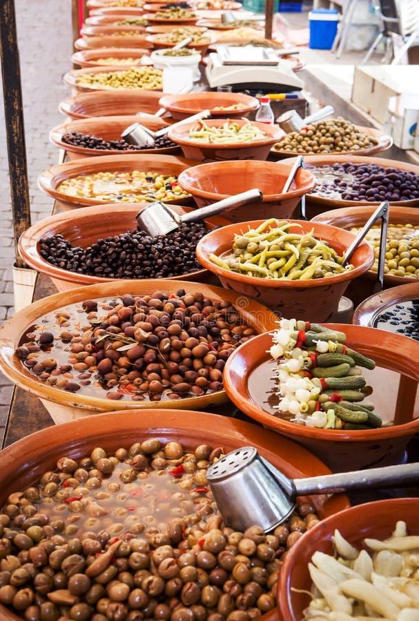 Olive marinate differenti ed alimento locale sul segno spagnolo della via fotografia stock libera da diritti