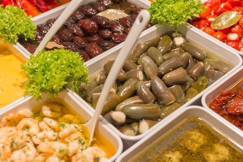 Olive Mediterranee e pasta di olive su un mercato di strada immagine stock libera da diritti
