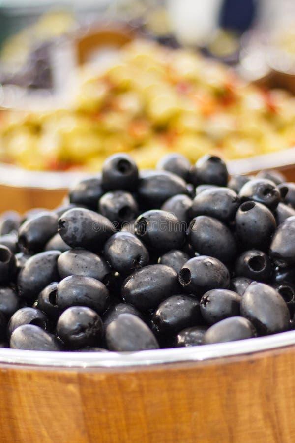 olive naturali fresche in barili presso lo scalo di bazaar spuntino mediterraneo fotografie stock libere da diritti