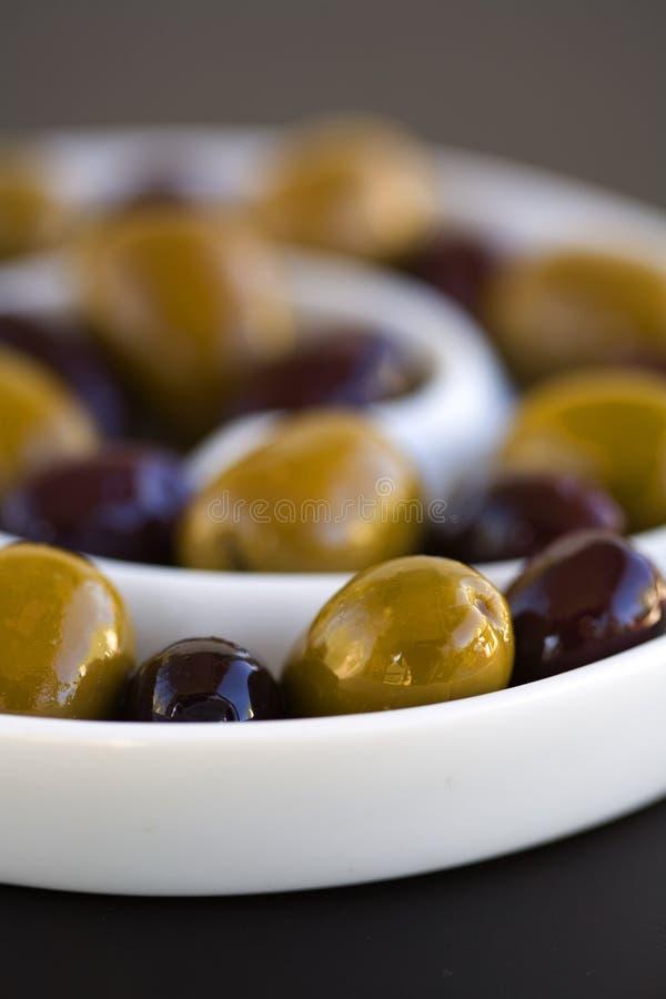 Olive nel verde e nel nero a spirale della ciotola fotografie stock libere da diritti