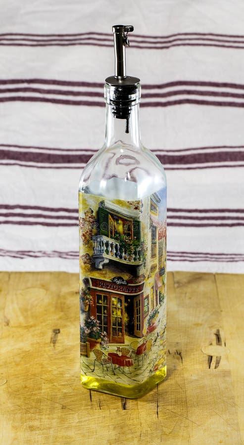 Olive Oil Bottle con l'ugello della sgocciolatura fotografia stock libera da diritti
