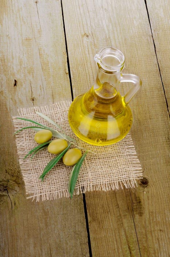 Olive Oil em um de madeira foto de stock