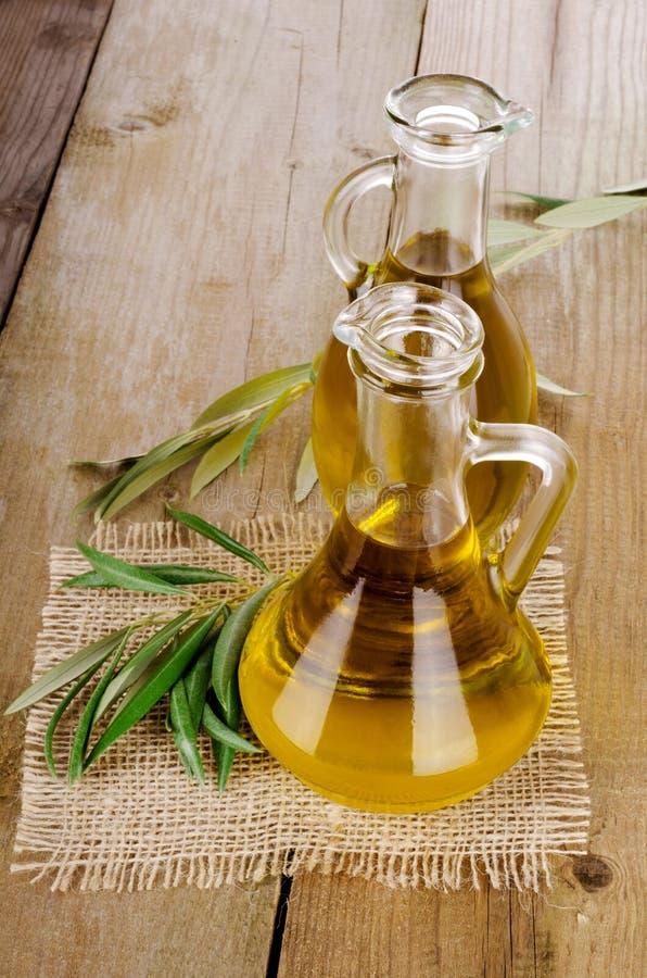 Olive Oil em um de madeira imagens de stock royalty free
