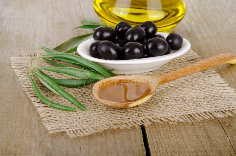 Olive Oil em um de madeira fotografia de stock