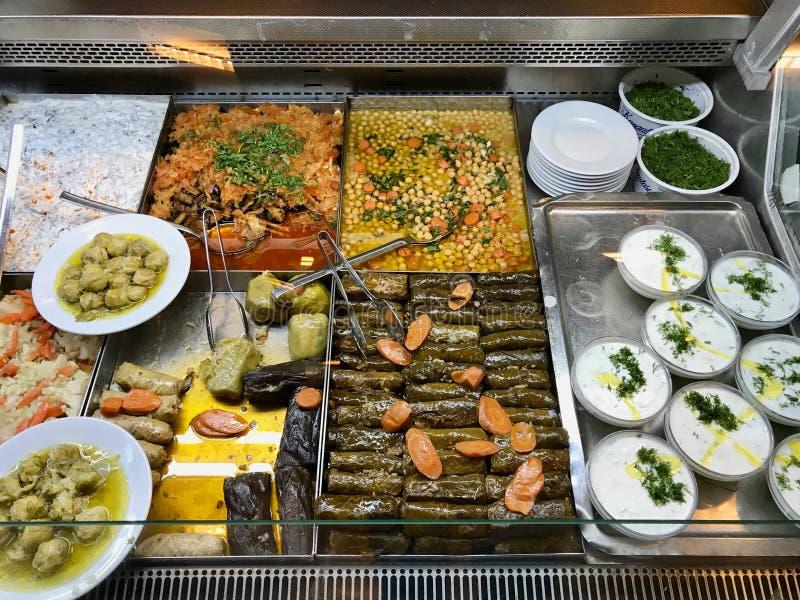Olive Oil Food Dolma turca, Tzatziki Cacik, garbanzos, berenjena y col de Bruselas en el escaparate del restaurante imágenes de archivo libres de regalías