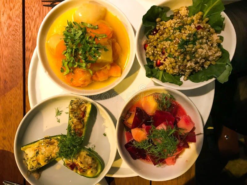 Olive Oil Plates turca con l'insalata farcita dello zucchini, della barbabietola, della cotogna, del carciofo e del legume con la fotografia stock libera da diritti