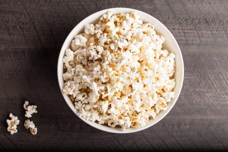 Olive Oil Popped Popcorn in ciotola della porcellana fotografia stock