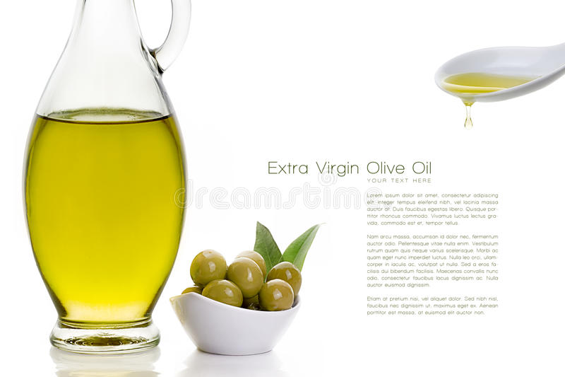 Olive Oil sulla bottiglia con Olive Seeds ed il cucchiaio ceramico immagini stock libere da diritti