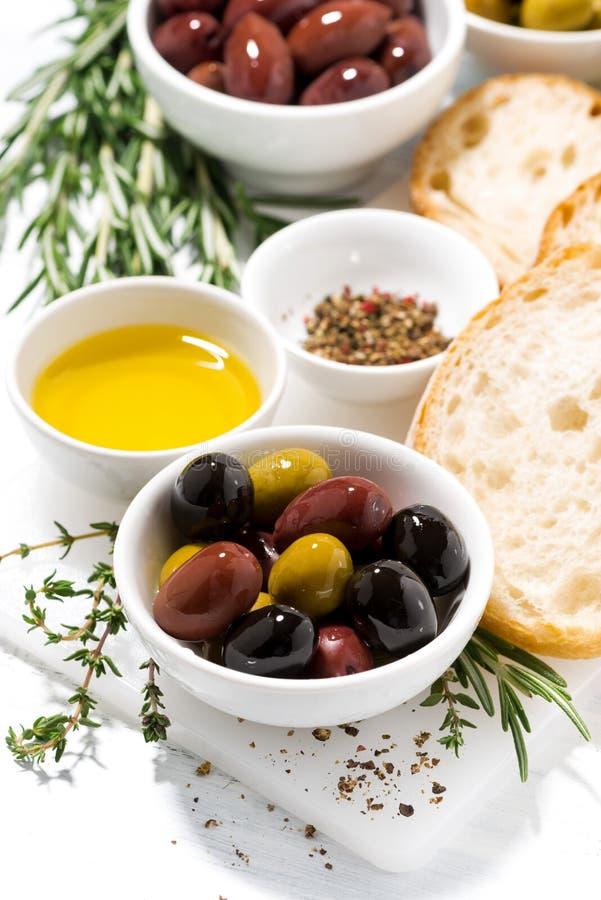 Olive organiche fresche, spezie e pane, verticali immagini stock libere da diritti