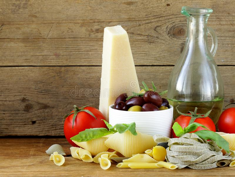 Olive, parmigiano, pomodori e basilico fotografie stock libere da diritti