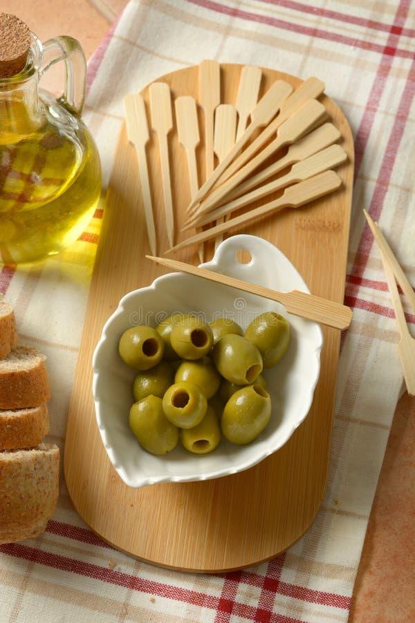 Download Olive Snocciolate Nella Ciotola Bianca Immagine Stock - Immagine di antipasto, grezzo: 117975411
