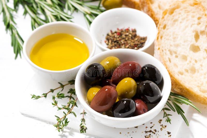 Olive, spezie e pane organici freschi, vista superiore immagine stock
