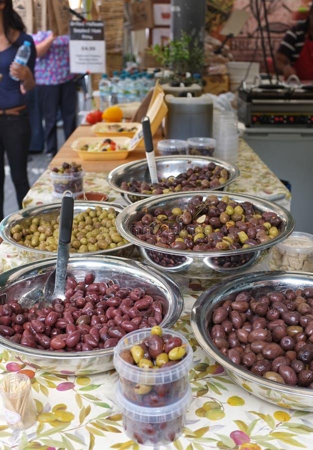 Olive su una stalla del mercato immagine stock