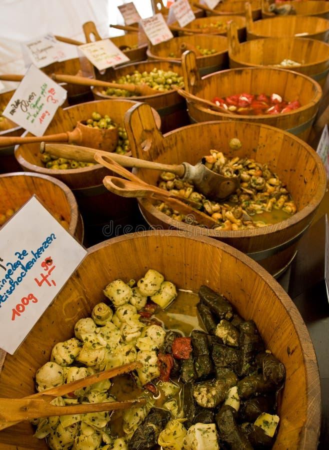Olive su una stalla del mercato immagini stock