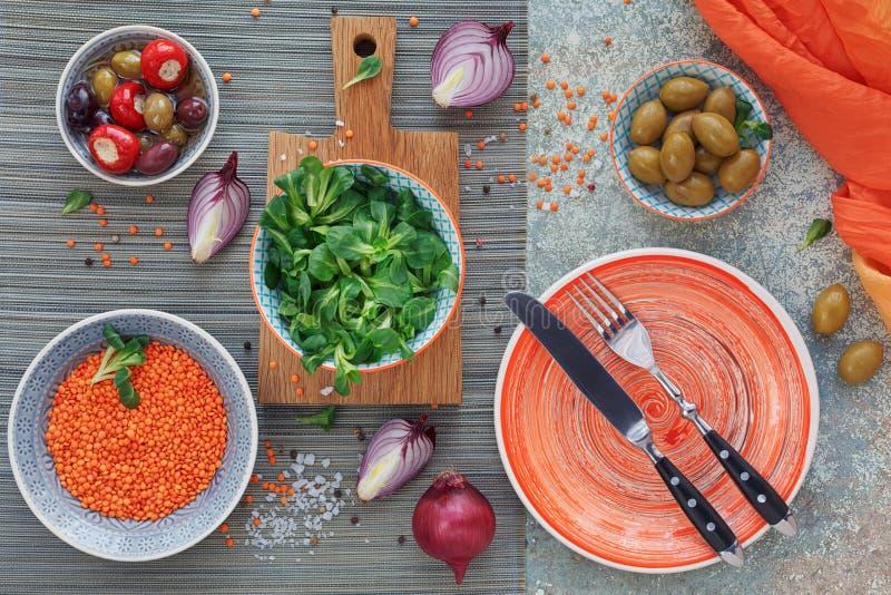 Olive verdi e nere, pagnotta del pane fresco del multigrain, sal del cereale fotografie stock libere da diritti