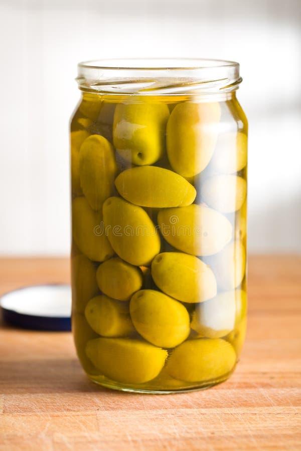 Olive verdi marinate in barattolo immagine stock