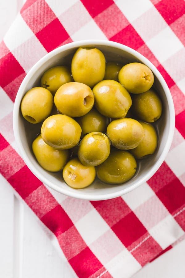 Olive verdi marinate in ciotola immagine stock libera da diritti