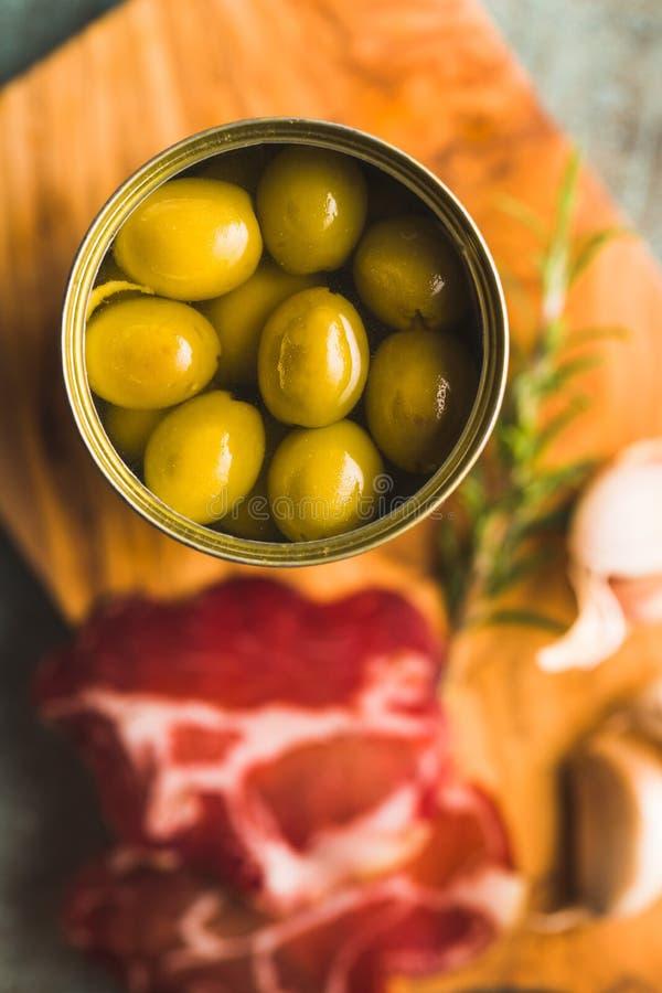 Olive verdi marinate in latta fotografia stock