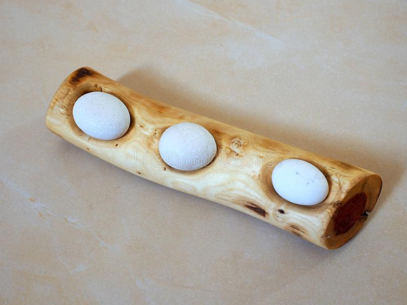 Olive Wood y Artpiece de mármol blanco foto de archivo