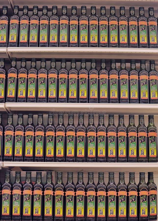 Olivenöl auf dem Supermarktregal lizenzfreies stockfoto