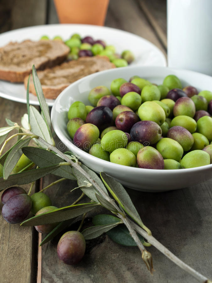 Olivenöl auf Holztisch mit Brot lizenzfreies stockfoto