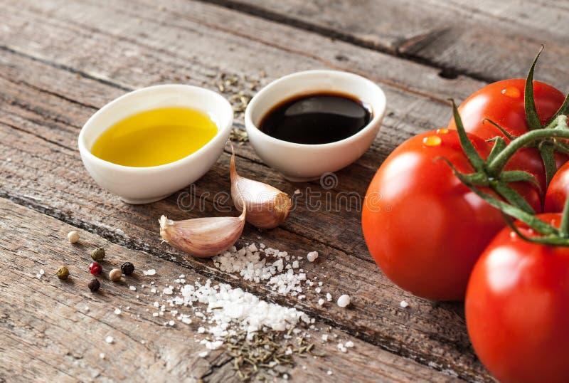 Olivenöl, Balsamico-Essig, Knoblauch, Salz und Pfeffer - Essigsoßebehandlung stockbilder