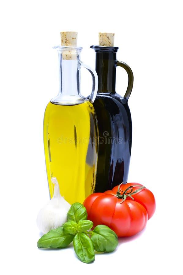 Olivenöl, Essig und Gemüse stockfotos