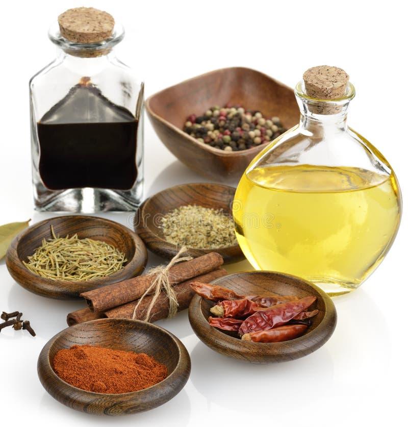 Olivenöl, Essig und Gewürze lizenzfreie stockfotos