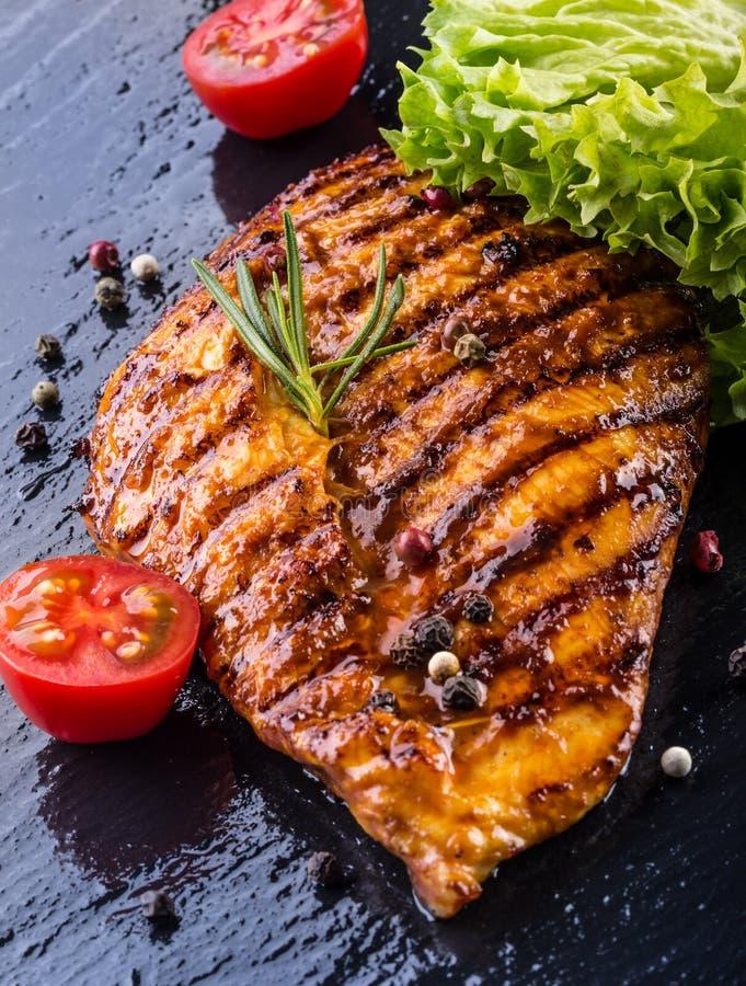 Olivenöl-Kirschtomaten der Steakhühnerbrust pfeffern und Rosmarinkräuter stockfotos