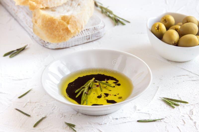 Olivenöl mit Gewürzen lizenzfreies stockfoto