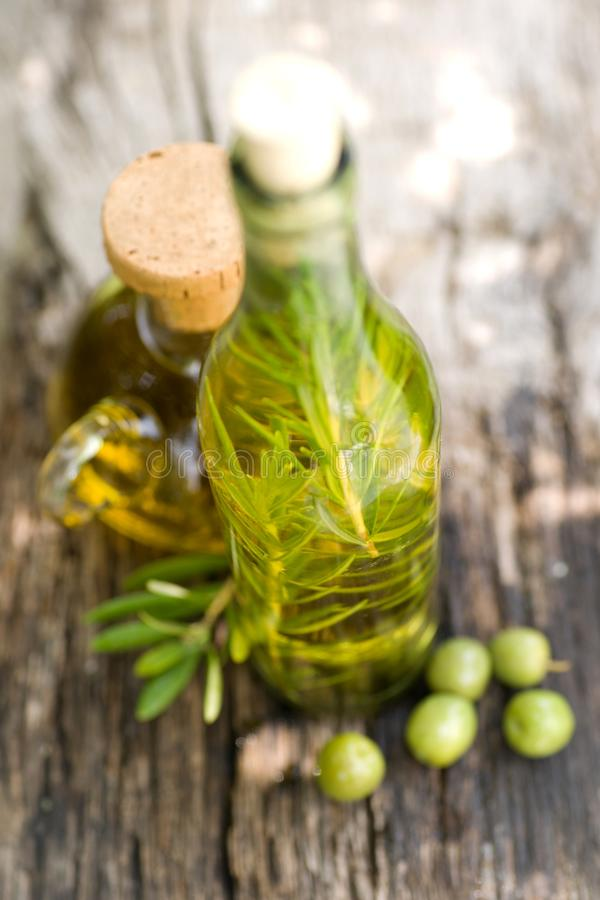 Olivenöl mit Rosmarin lizenzfreie stockfotos