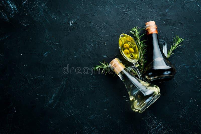 Olivenöl, Sonnenblumenöl und Rosmarin stockfotografie