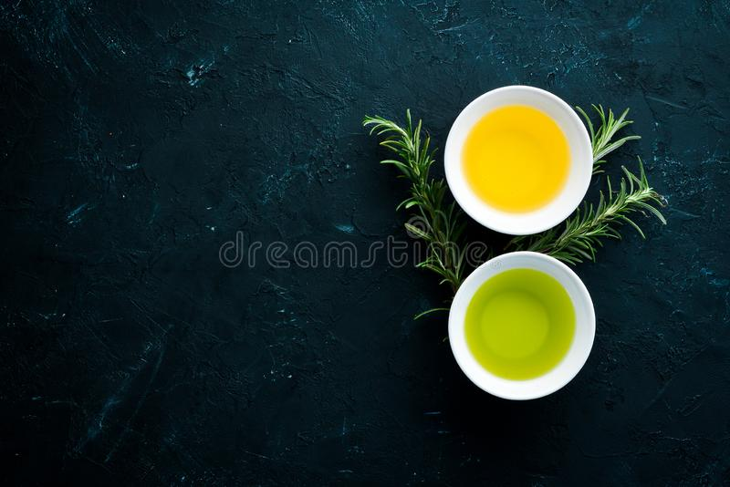 Olivenöl, Sonnenblumenöl und Rosmarin stockfoto