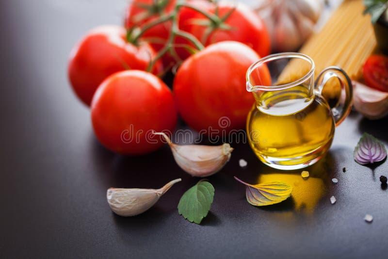 Olivenöl und andere Bestandteile lizenzfreie stockfotos