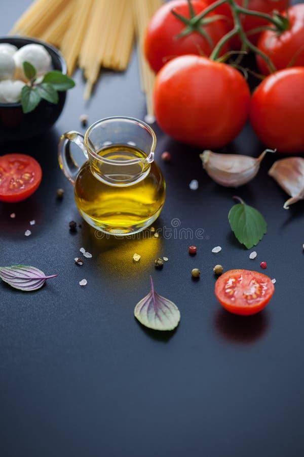 Olivenöl und andere Bestandteile lizenzfreies stockbild