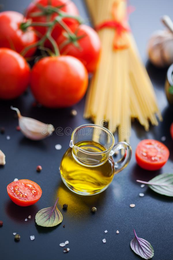 Olivenöl und andere Bestandteile lizenzfreie stockbilder