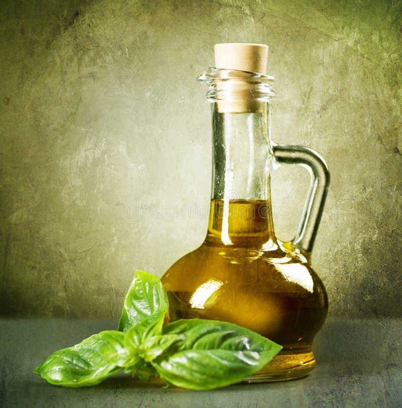 Olivenöl und Basilikum lizenzfreies stockbild